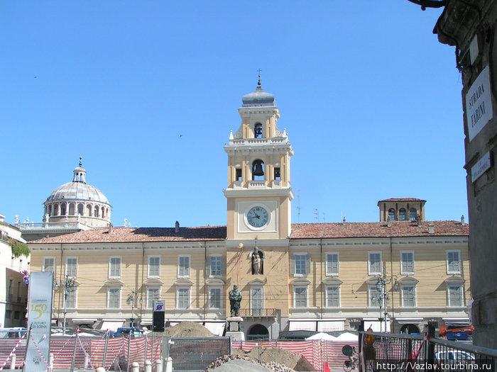Здание дворца; ремонт на площади Гарибальди мешает оценить всю красоту здания