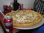 Первая моя еда в США — пицца в кафешке на Манхеттене. Такая огромная, что мы её втроем не смогли съесть.
