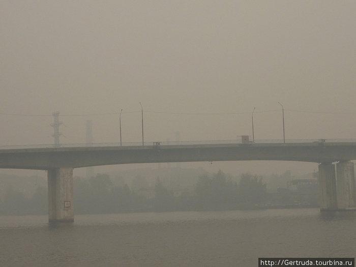 Такая вот дымовая завеса над Костромой.Снимок от берега у Ипатьевского монастыря, на мост через Волгу, по которому мы ехали.