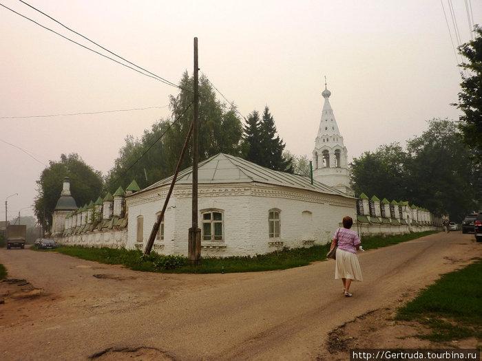 Ограда церкви Иоанна Богослова в Ипатьевской слободе.Монастыря не видно, его скрывает этот храм. Ну, а дорога оставляет желать лучшего.
