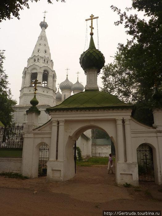 Ворота  на территорию  церкви Иоанна Богослова.