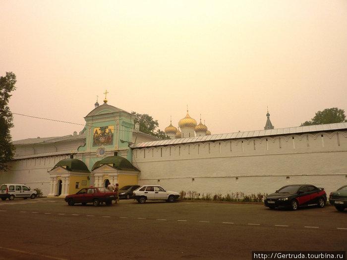 Это уже  ограда  и вход Ипатьевского монастыря. Высота стен до 6 метров, а протяженность более 500 метров.