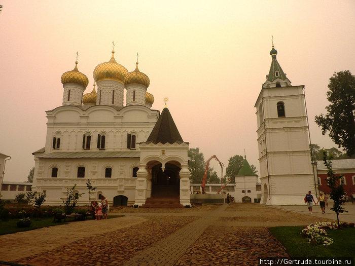 Главный Троицкий собор и звонница. Они были свидетелями воцарения династии Романовых.