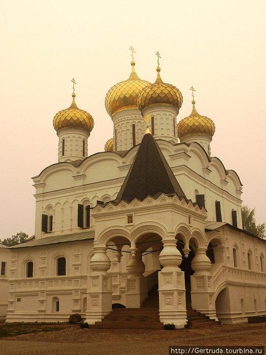 Вход в Троицкий собор.