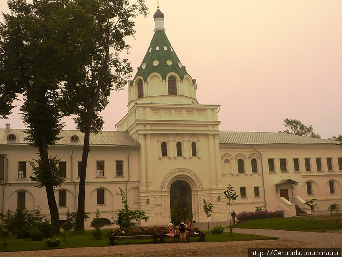 Надвратная церковь святых мучеников Хрисанфа и Дарьи, постройка 19 века.