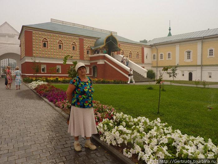Красное здание — палаты бояр Романовых, или Келарские палаты.