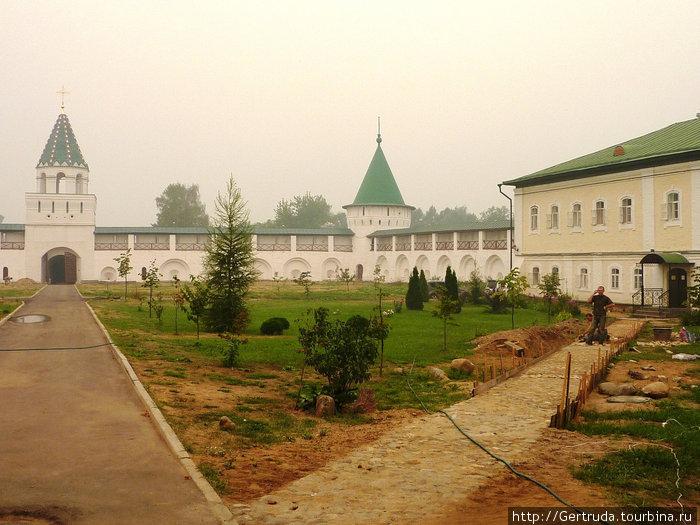 Это часть монастыря, закрытая для туристов, снимали через ворота.