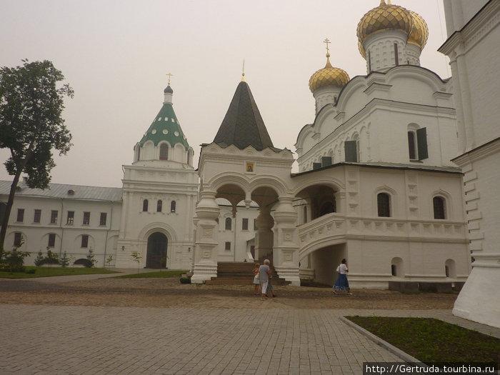 Монастырский двор.
