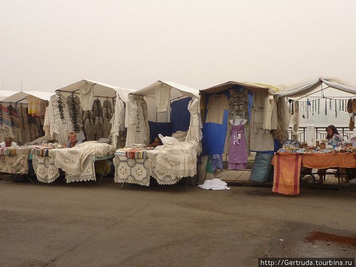 Рынок льняных изделий у стен монастыря.