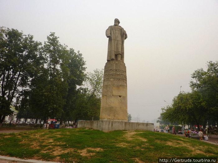 Памятник Ивану Сусанину напротив Гостиного двора, недалеко от Волги.