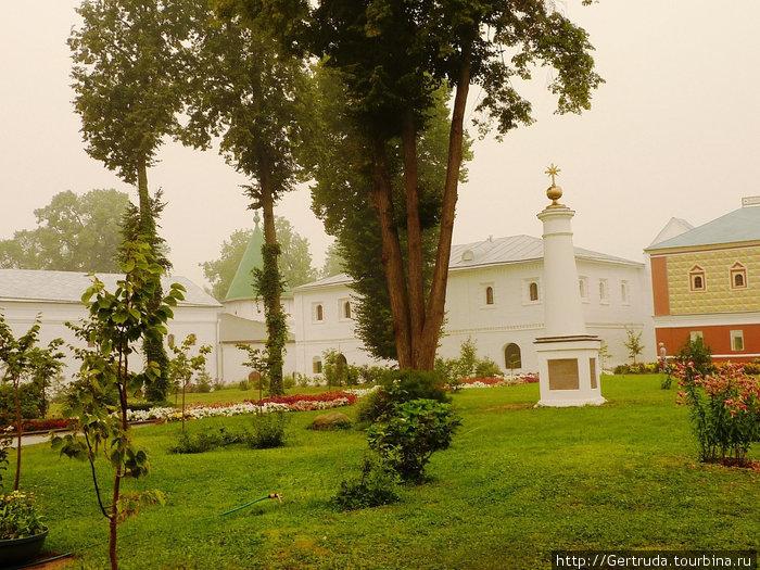 Колонна в центре монастырского двора — памятный знак в честь 300-летия дома Романовых, установлена  в 1913 году