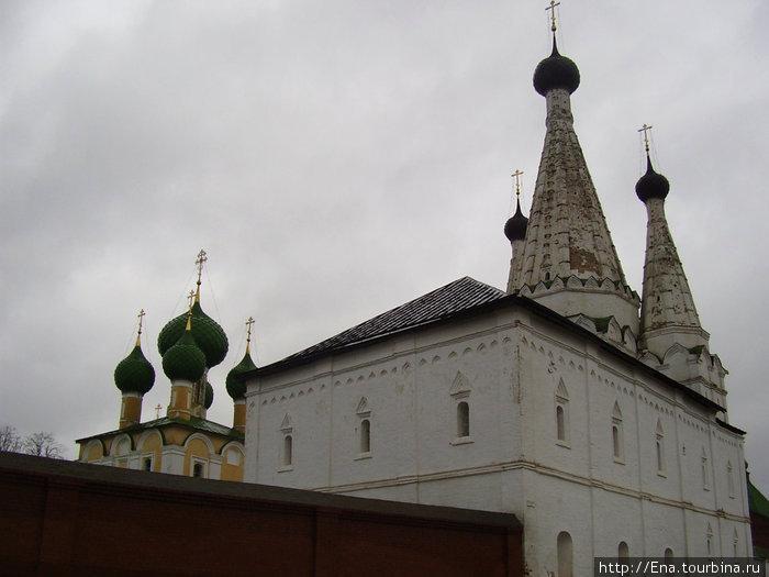 22.11.2009. Углич. Алексеевский монастырь. Успенская (Дивная) церковь и церковь Иоанна Предтечи