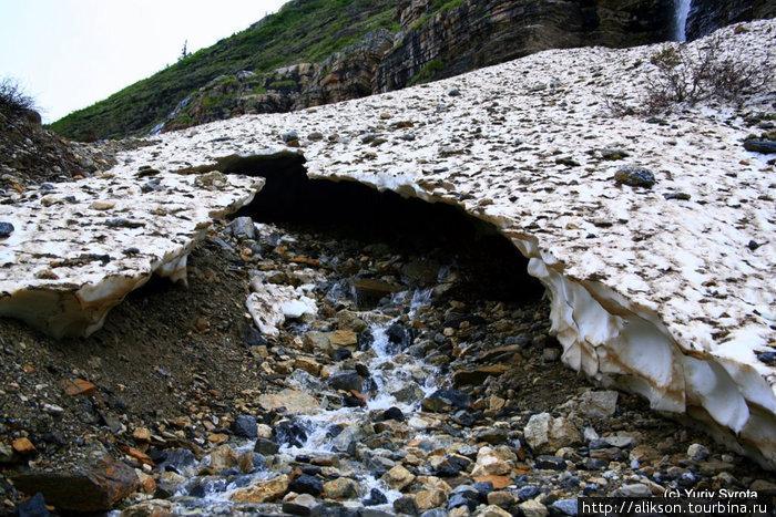 Это небольшой ледник. Толщиной он примерно метр.