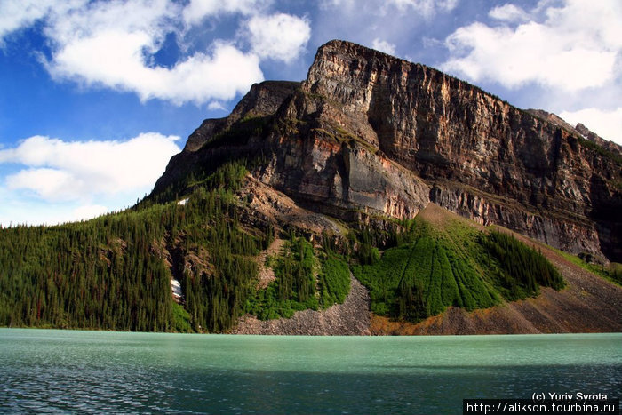 Гора на противоположном берегу озера.