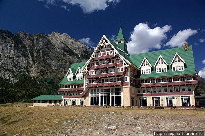 Отель со стороны озера