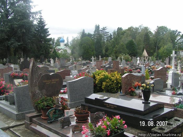 Так выглядит кладбище; вдалеке видна русская церковь