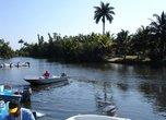 в этом месте мы сели на моторные лодки и поплыли на остров