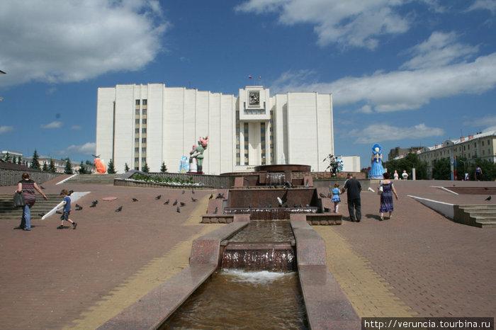 Белый дом на Советской площади в Саранске.
