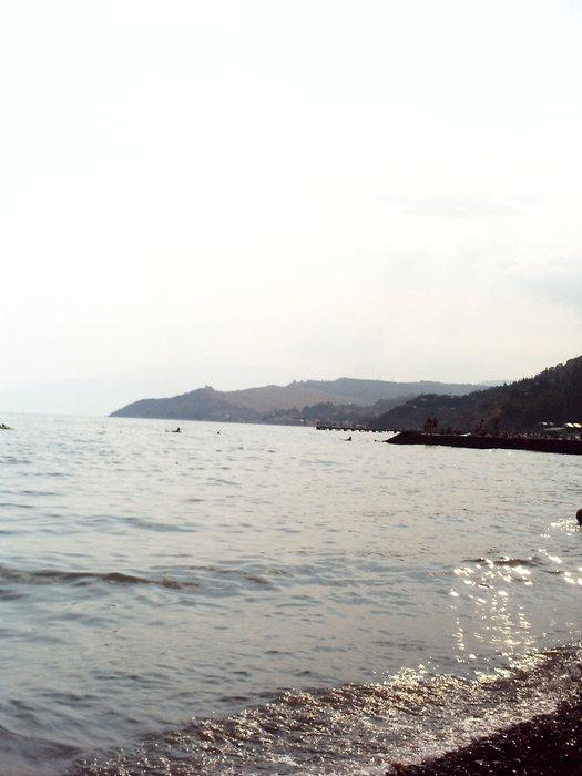 Лежишь на пляже и смотришь далеко вдоль берега Крыма