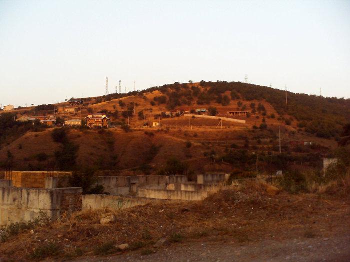 Слева горы освещены розовыми лучами