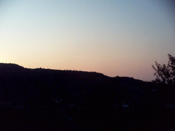 Справа солнце еще не вышло из-за гор