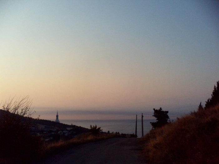 Спускаешься обратно — впереди море и церковь памяти погибших на водах