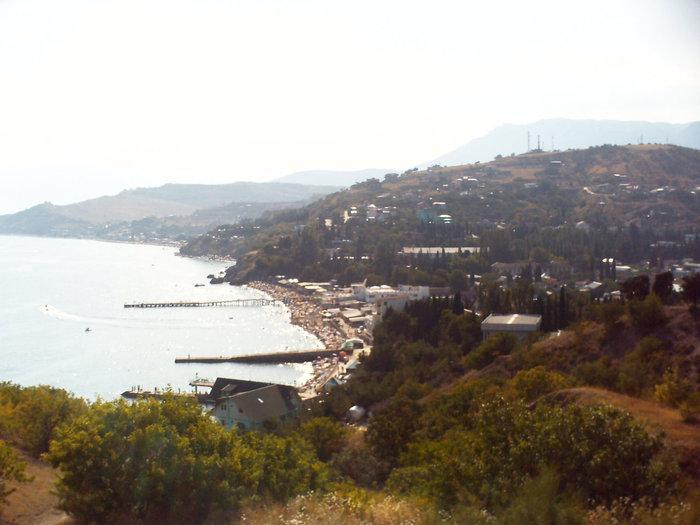 Стоишь возле церкви и далеко глядишь вдоль берега Крыма