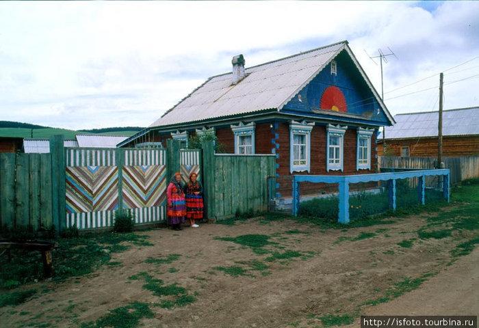 Дома староверов можно узнать издалека по расписным заборам и фасадам домов.