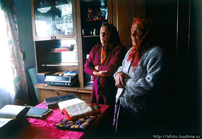 По нашей просьбе Анна с матерью пропели стариные староверческие псалмы.