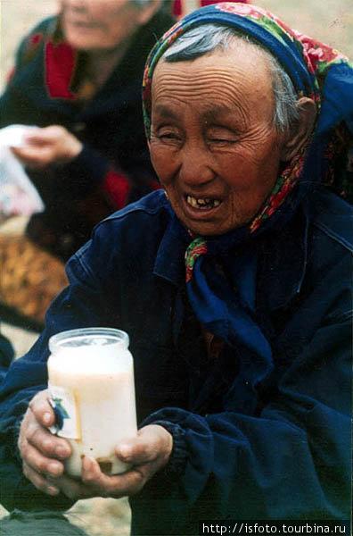 Местные жители несут подношения — молоко, сало, масло, мед, и прочие продукты.