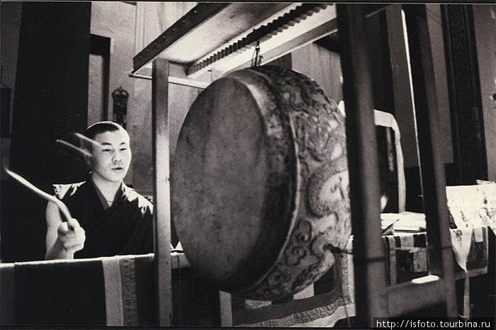 Ритмичные удары в барабан и раскаты специальных труб призывают Будд-защитников