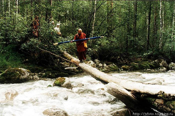 ФОрсируем бурную горную реку.
