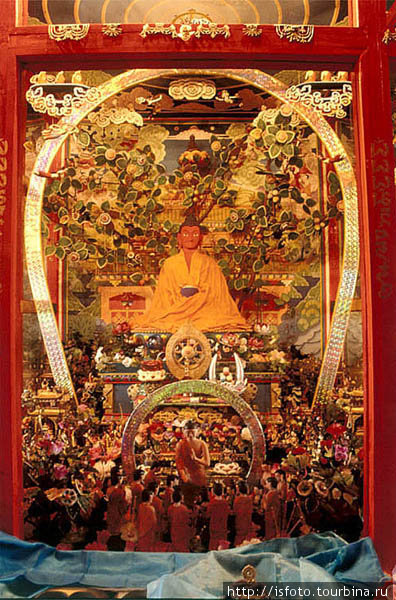 Народный умелец полгода вырезал из дерева модель Дэвачена -буддийского рая.