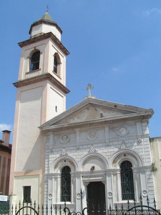 Фасад церкви и колокольня