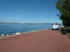 Трамвайчик для туристов. А на противоположном берегу — швейцарская Лозанна.