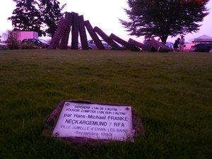 Памятник, подаренный одним немецким городом Эвиану. Надпись мне очень нравится: