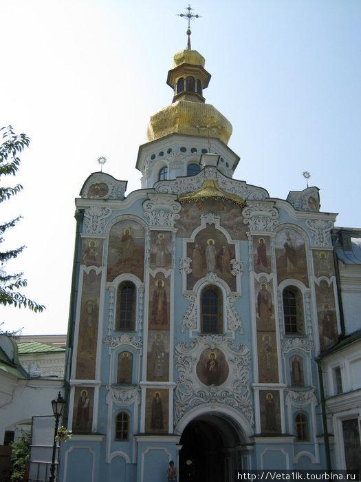 Вход в Киево-Печерскую Лавру. Самое старое здание, ему больше 1000 лет, роспись велась XVIII века