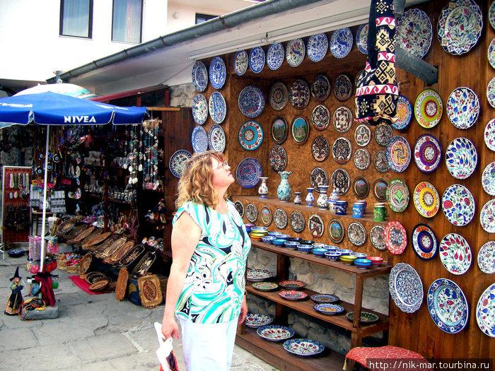 Торговля сувенирами в Несебре.