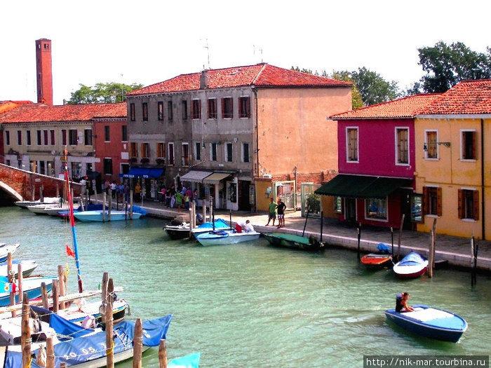 Одна из водных улиц острова Мурано (вид с балкона музея стекла).