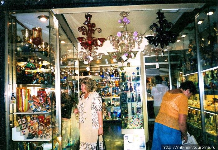 Остров Мурано. Один из многочисленных магазинчиков стекла.