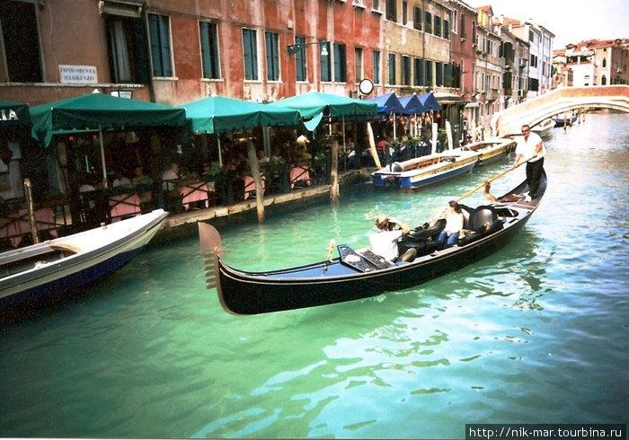 Плывущая сквозь века. (Гондола на одном из каналов Венеции.)