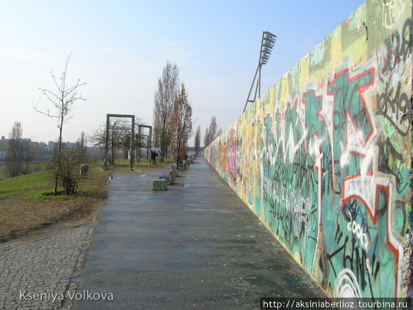 Останки Берлинской стены. А с качель, что слева, на закате открывается прекрасный вид на город!