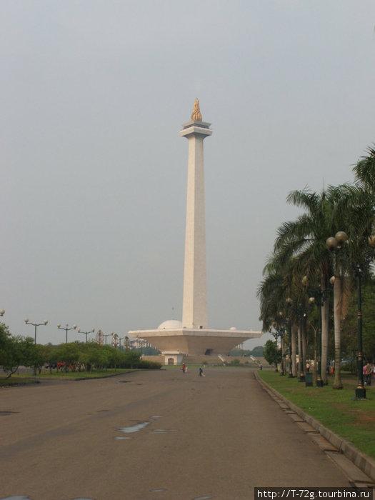 Монас. Индонезийцы шутят, что на позолоту его факела ушло последнее золото Индонезии: воровали при президенте Сухарно хуже чем у нас сейчас...