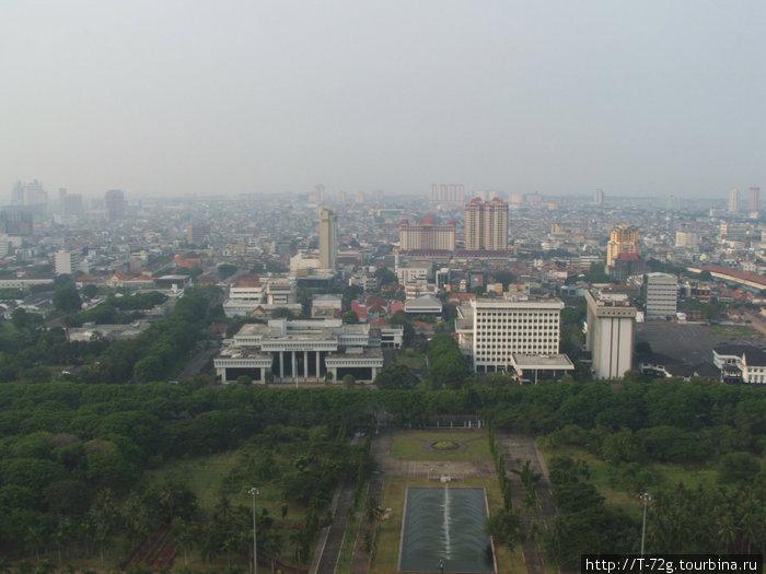 Джакарта, вид с вершины Монаса. Красивый город, но с экологией тут не ахти...