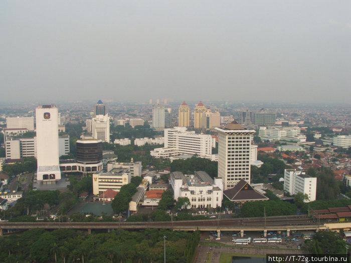 Джакарта, вид с Монаса. Город небоскребов и автомобильных пробок.