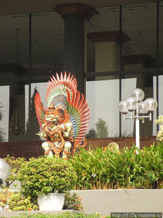 Солнечный орел Гаруда — символ Индонезии. Страшноватая птичка, наш смотрится симпатичнее, несмотря на двухглавость...