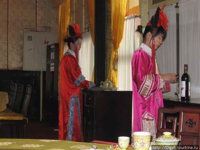 официантки в национальных одеждах. г. Сиань