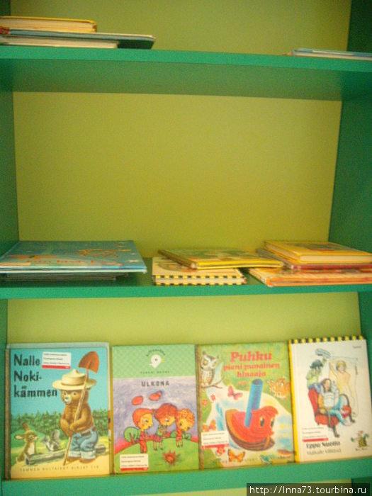 Для юных книголюбов стоял стеллаж с книгами, а для взрослых лежали газеты. Вся пресса была на 4 языках: финском,шведском,английском и русском.