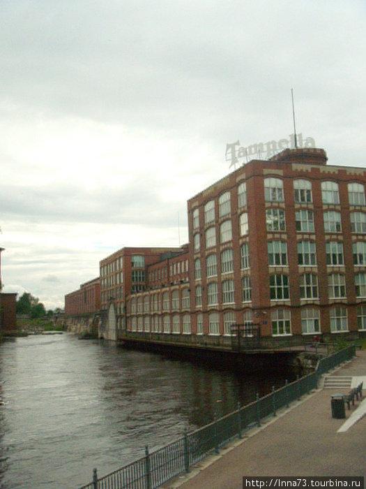 Весь центр-здания из красного кирпича.