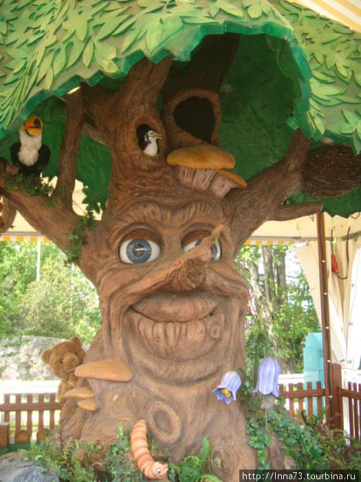 Говорящее дерево: поет,танцует,разговаривает. ( Аттракцион для самых маленьких).С мишкой